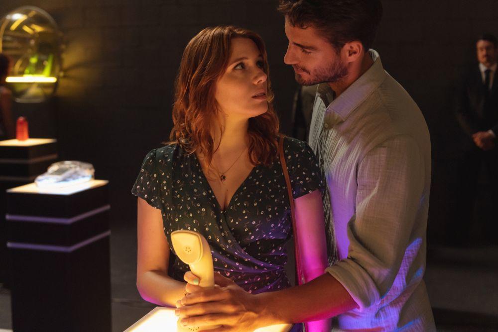 Valeria y Víctor en un fotograma de la serie de Netflix